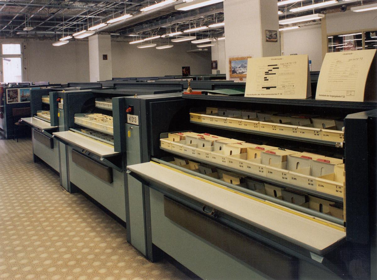 Typischer Karteikastenschrank der Stasi